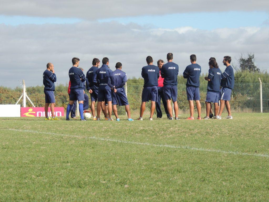 Alvarado en pleno desarrollo de la práctica de fútbol.