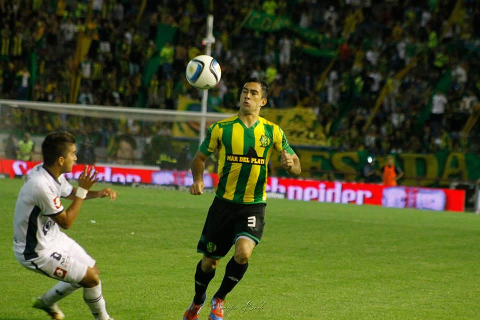 Franco Canever llevando la pelota con el pecho ante Quilmes. (Foto: Sergio Biale)