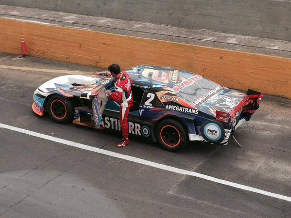 Christian Ledesma con su Chevrolet golpeado. (Foto: Roberto Berasategui)