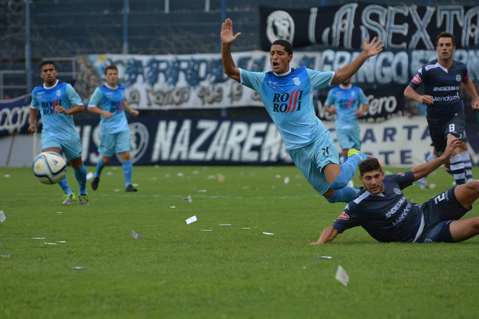 Nicolás Castro volando después de haber superado a su marcador. (Foto: Pedro Celano)