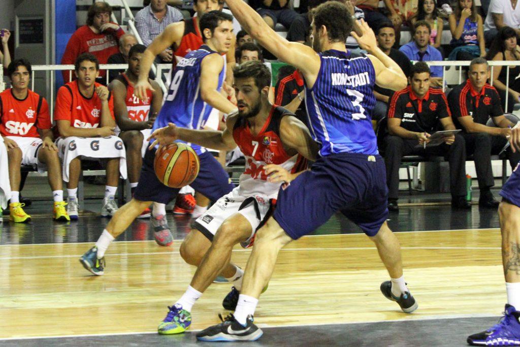 Nicolás Laprovittola ante la marca de Konsztadt en la jugada que definió el partido. (Foto. Carlos De Vita)