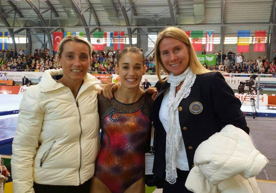 FELICES. Ayelen Tarabini con sus entrenadoras Lucia y Marina Lamanda, tras el cuarto puesto en suelo. (Foto: Facebook)