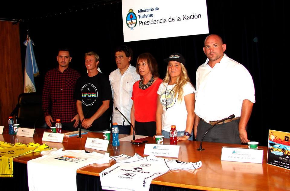 PRESENTACION. Imagen de la conferencia de prensa que brindaron los directivos junto a los surfers Leandro Usuna y Lucia Cosoleto. (Foto: Prensa ASA)