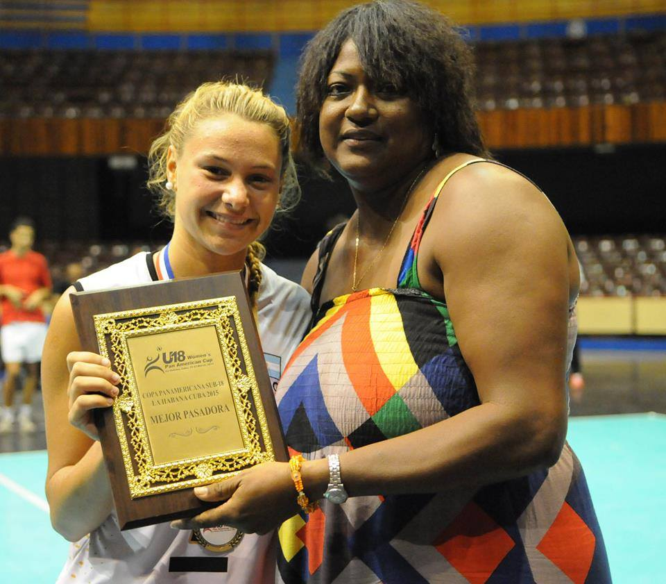 Azul Benítez recibiendo el premio a mejor pasadora.