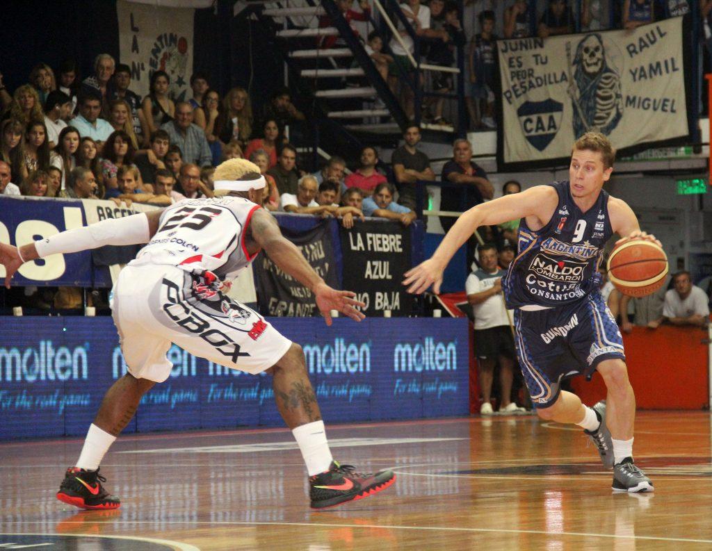 Christian Schoppler ataca ante la marca de Baxley. (Fotos: Gentileza Paola Millanovich / LNB.com.ar)