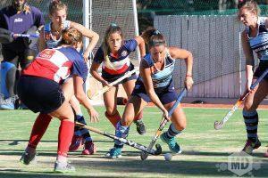 Melisa Saiz intenta salir jugando ante el asedio de las jugadores de CUDS. (Foto: Carlos De Vita)