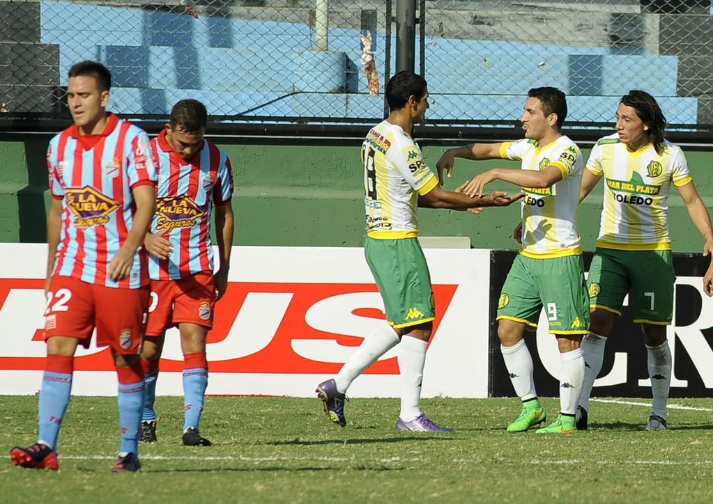 """Sand se acerca a saludar a Rivero y Lugüercio, los creadores de la jugada que derivó en el gol del """"Payaso""""."""
