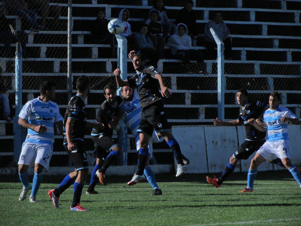 Alvarado volvió otra vez con los tres puntos. (Foto: Cutral Có al Instante)