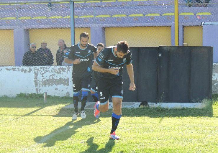 Leonardo Roda ingresando a la cancha en el partido de ayer. (Foto: Prensa Alvarado)
