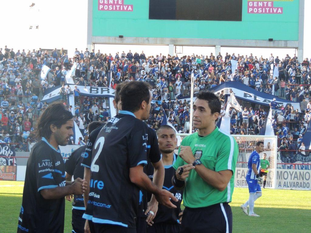 Las quejas de los jugadores de Alvarado encabezados por Ramiro Jorge ante el árbitro Sergio Testa. (Foto: Prensa Alvarado)