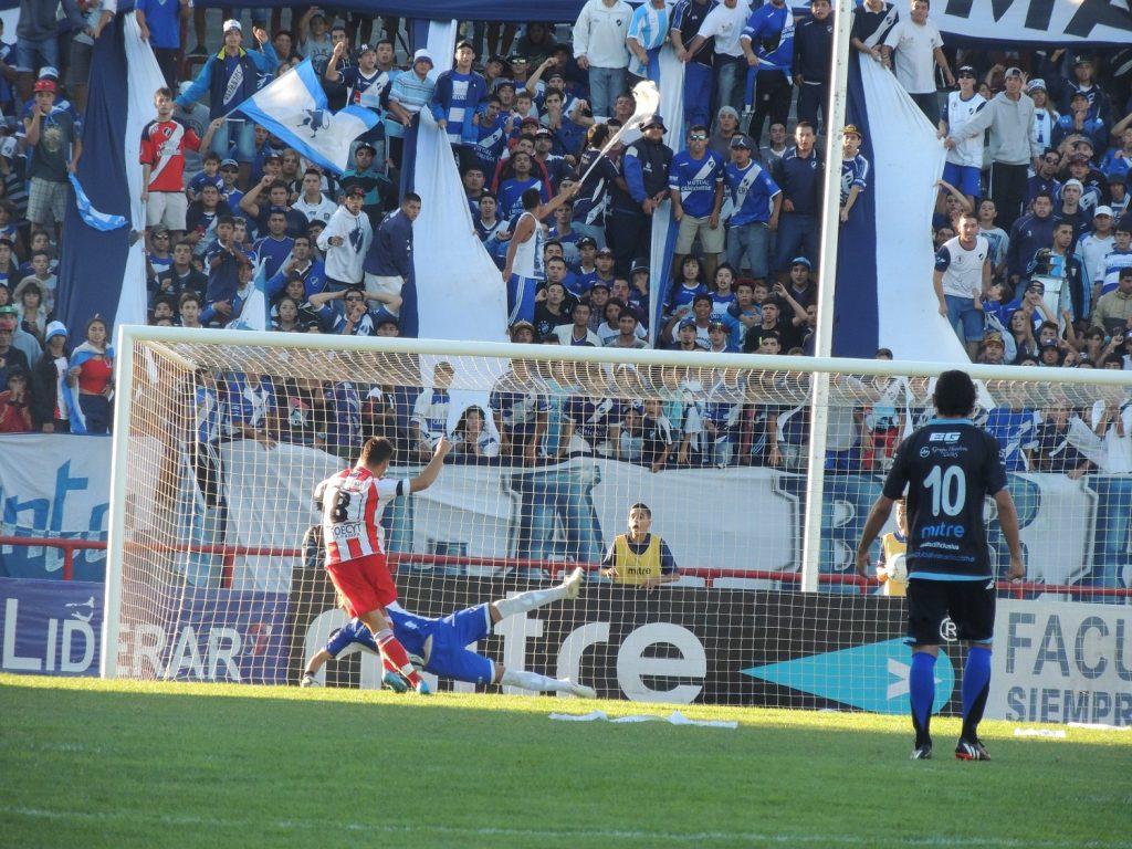 El penal ejecutado por Guaycochea que se convertiría en el provisorio 2-0. (Foto: Prensa Alvarado)