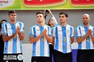 Mariano Cardone (con la 7, el primero de izquieda a derecha) vistiendo la casaca argentina. (Foto: Facebook Selección Argentina)
