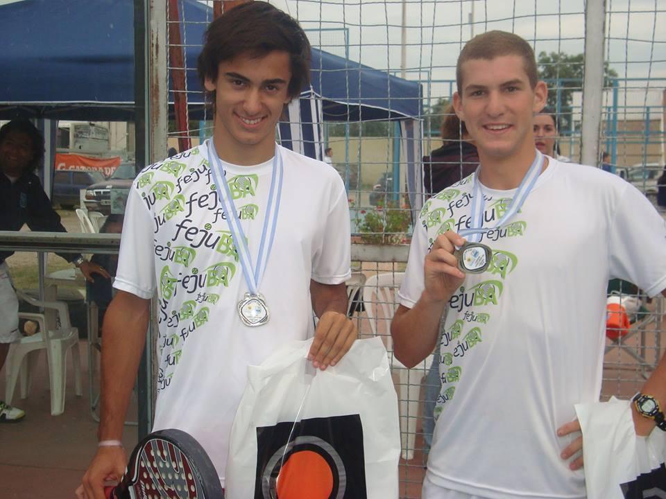 Martín Andornino y Ramiro Pereyra luciendo sus premios.