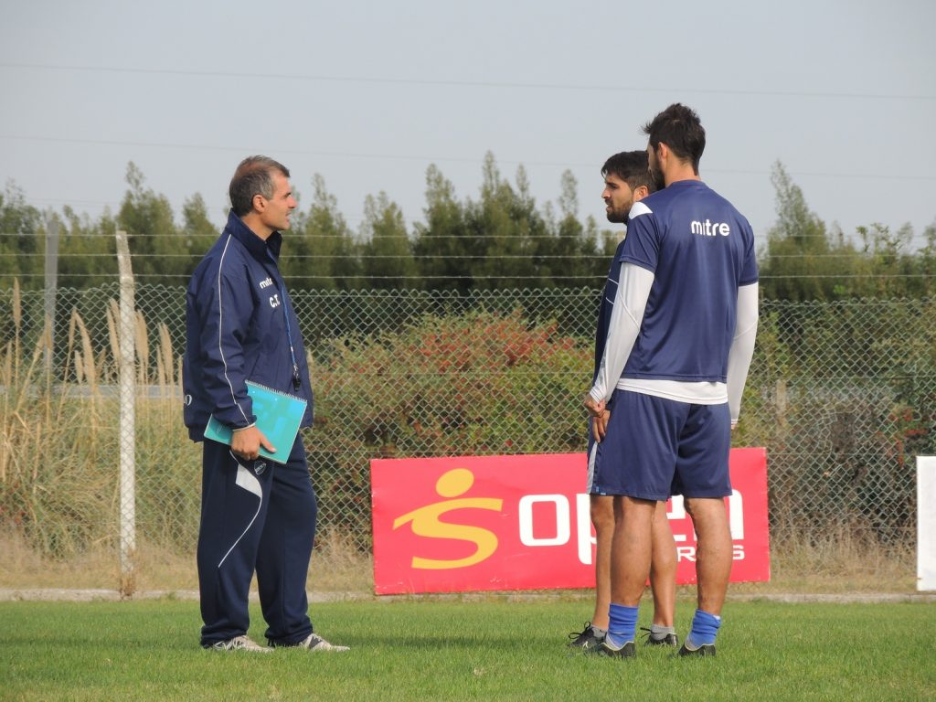 Luis Nicoletti hablando con sus jugadores.
