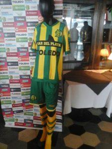 La camiseta titular de Aldosivi.