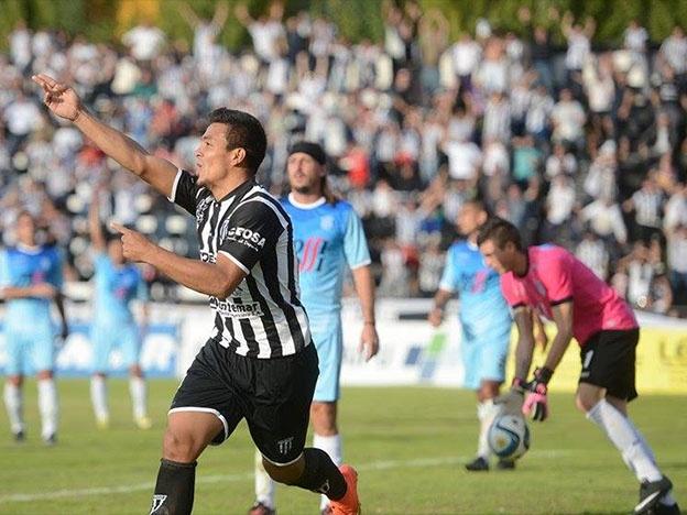 Jonathan Lastra celebra su gol ante el lamento de los defensores de Unión. (Foto: Diario Uno)