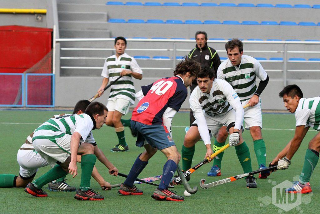 Agustín Franco rodeado por cuatro jugadores de Ferro. (Foto: Carlos De Vita)