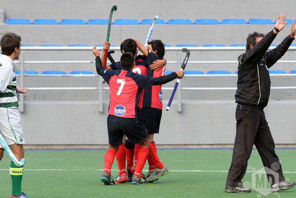 El racimo de jugadores de MDQ 06 Hockey Club celebra uno de los goles. (Foto: Carlos De Vita)