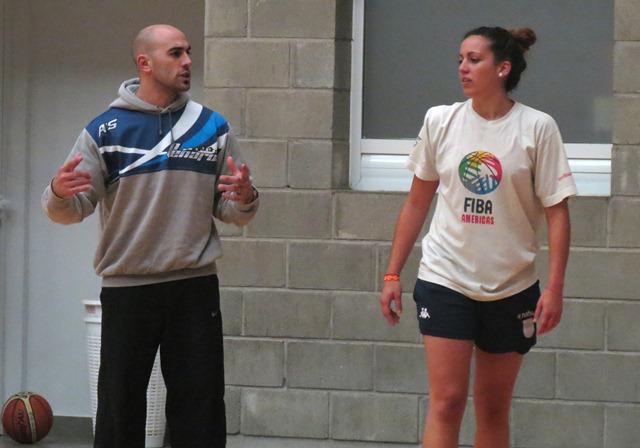 Martin Furfuro habla con Macarena Rosset. (Foto: Prensa Peñarol)