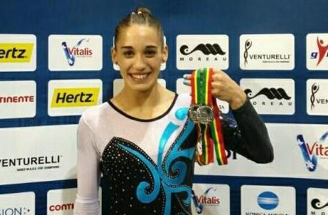 Ayelén Tarabini con las dos medallas de plata obtenidas en Portugal.