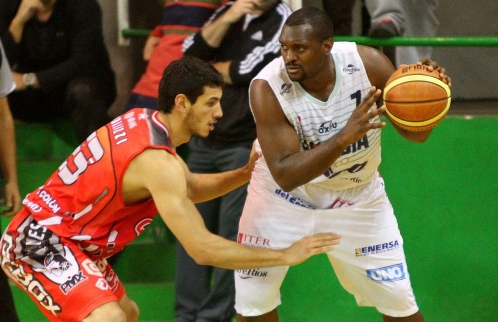 Tayavek Gallizzi enfrentando a Darren Phillips. (Foto: Demian Schleider - LNB.com.ar)