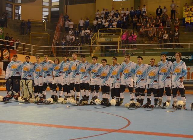 La Selección Junior de Argentina antes de iniciar el partido. (Foto: Prensa Mundial Rosario 2015)