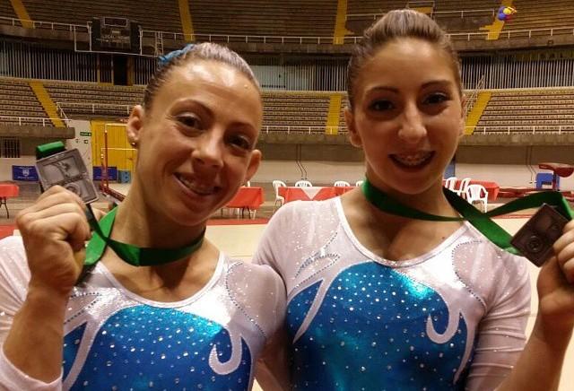 Belén Stoffel y Merlina Galera posando con sus medallas.