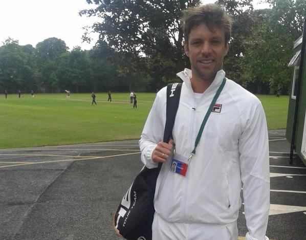 Horacio Zeballos luciendo el blanco impecable que obliga Wimbledon.