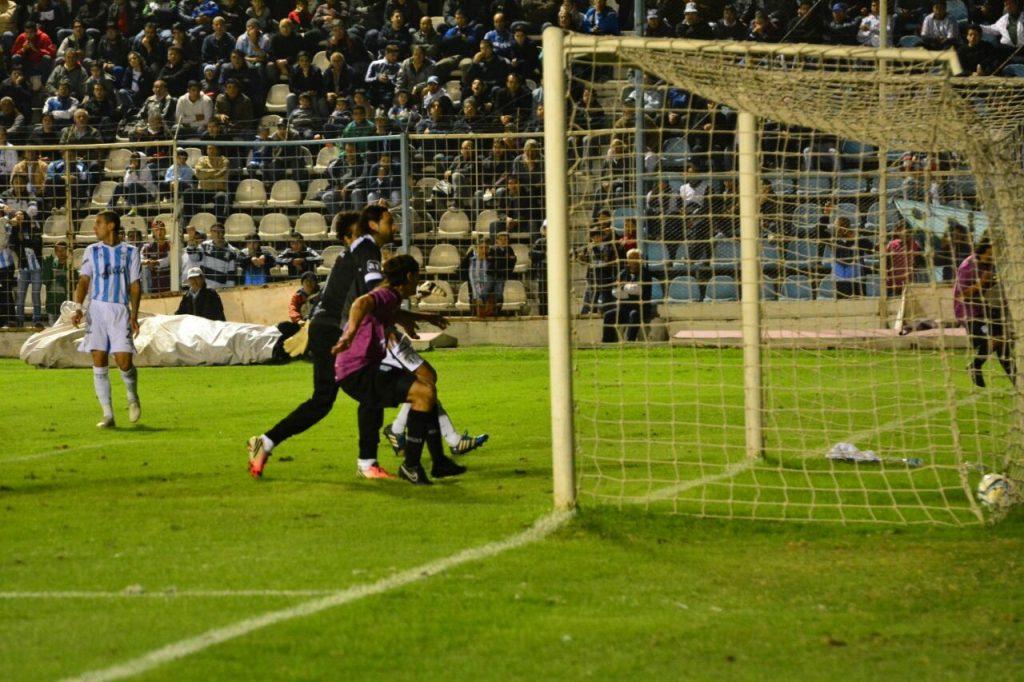 Nahuel Santos ya empujó la pelota a la red para marcar el empate (Foto: Pedro Celano)
