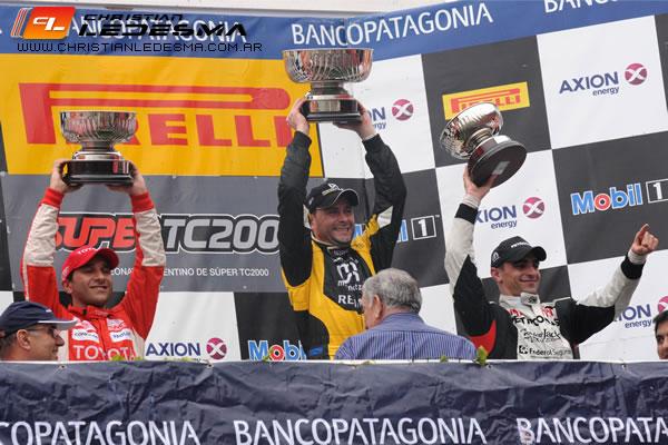 Christian Ledesma en lo más alto del podio con el trofeo ganado.