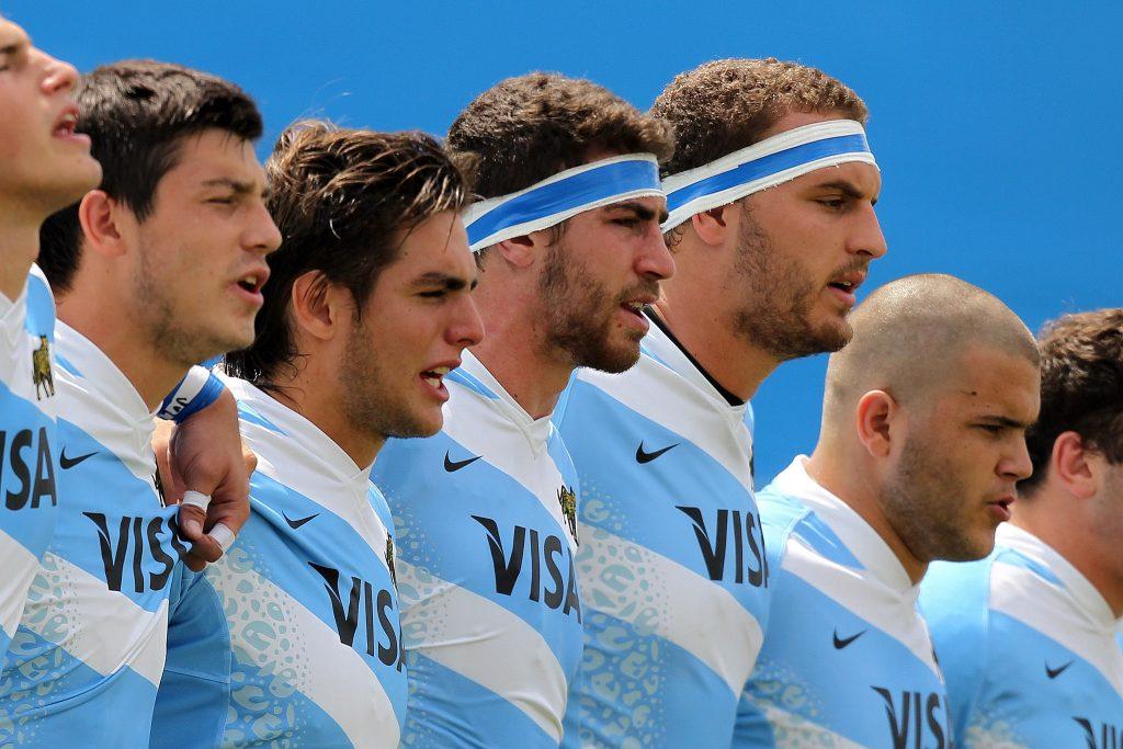 El momento del himno para Los Pumitas con Lucas Gasparri (el segundo de izquierda a derecha). (Foto: Villarpress)