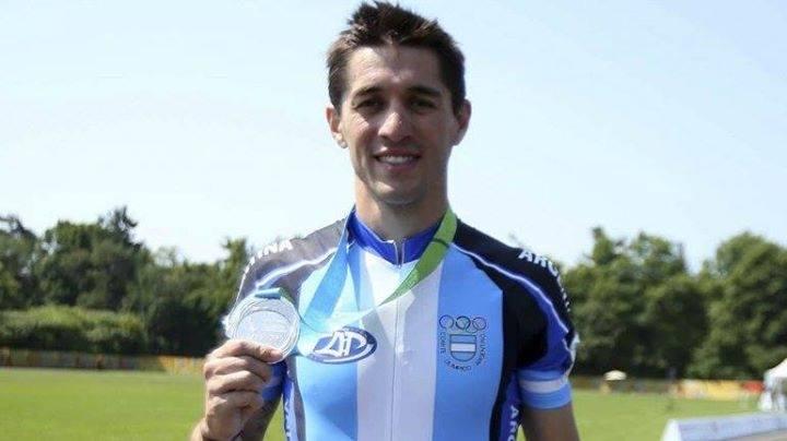 Ezequiel Cappellano posa con su medalla plateada.