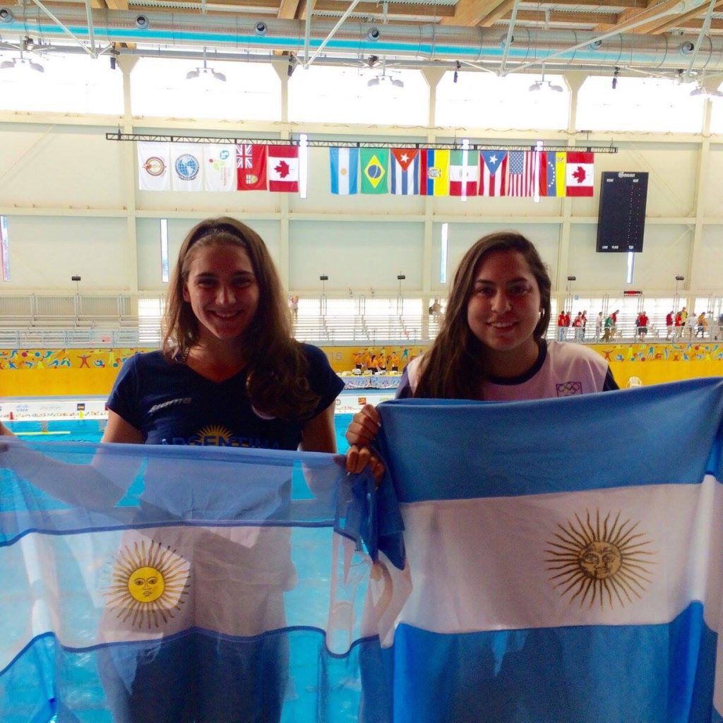 Ashley Hatcher y Rocío Fesembeck, dos integrantes del equipo nacional de waterpolo femenino.