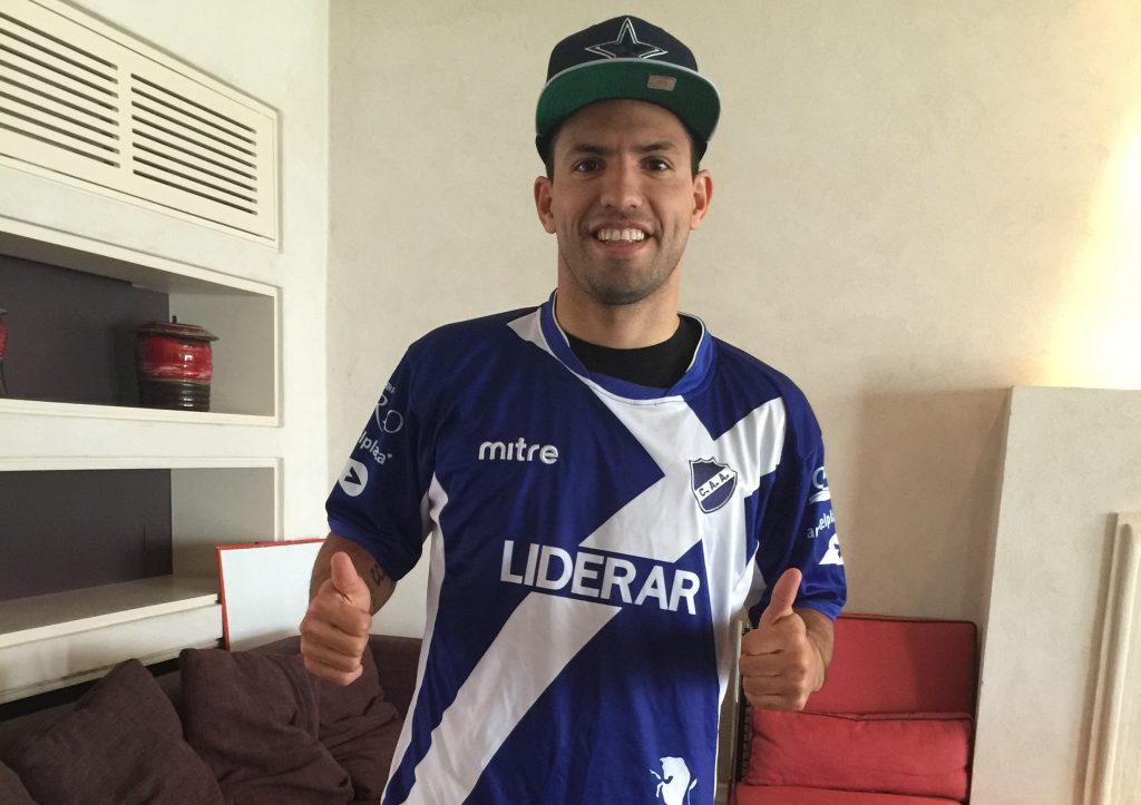 """Sergio """"Kun"""" Agüero posa con la camiseta de Alvarado."""