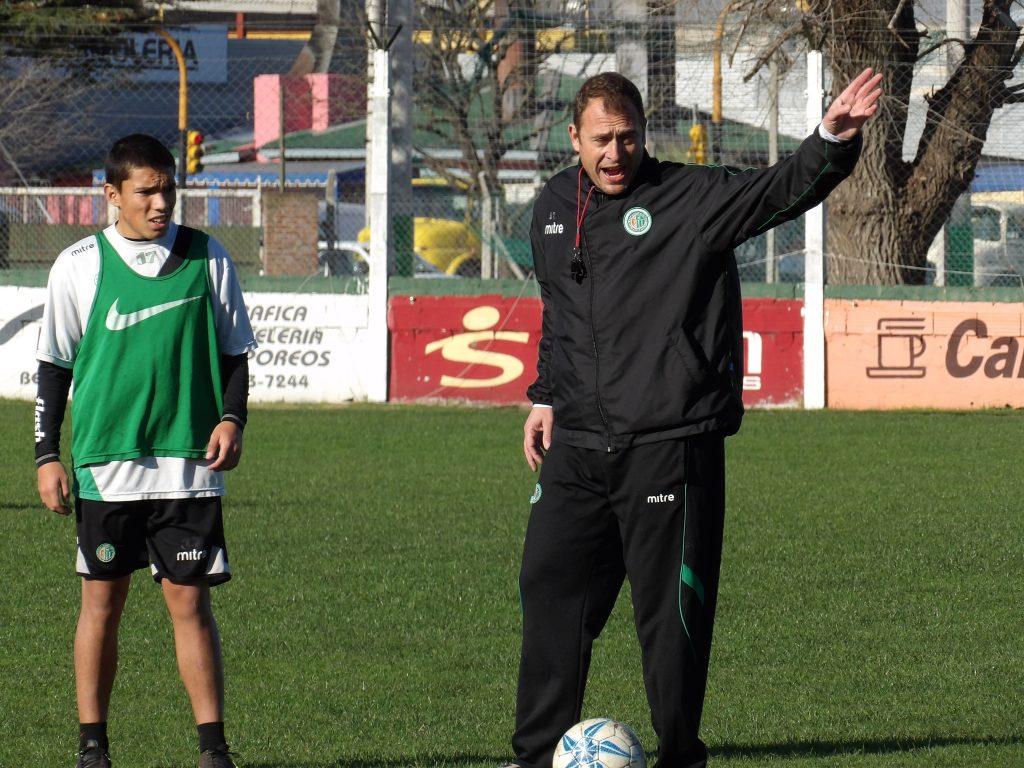 Mariano Mignini dando indicaciones en la última práctica.