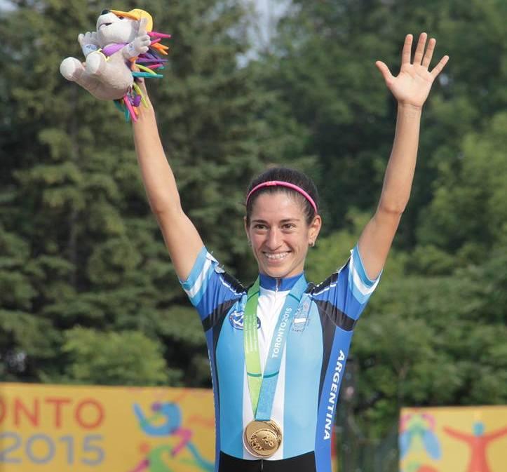 Maira Arias orgullosa con el oro en el pecho.