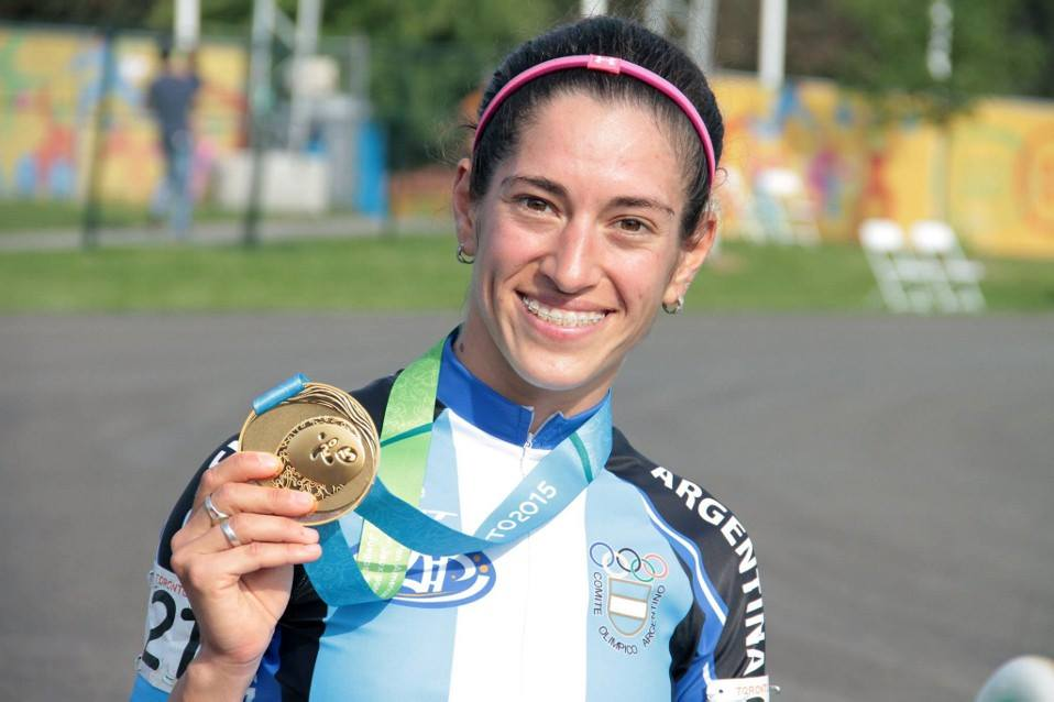 Maira Arias mostrando orgullosa el oro obtenido en Toronto.