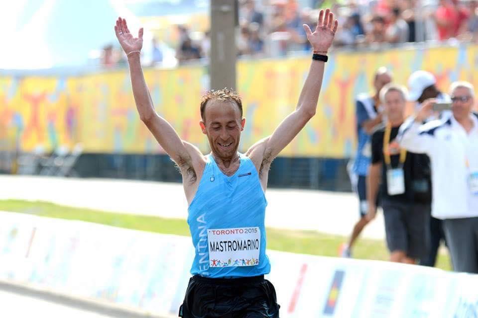 El momento de la llegada con los brazos en alto para Mariano Mastromarino.