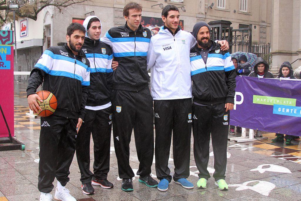 Los jugadores argentinos en la actividad que se realizó esta tarde. (Foto: Carlos De Vita)