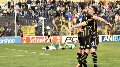 Olimpo festeja su gol ante el lamento de Canever y Campodónico. (Telam)
