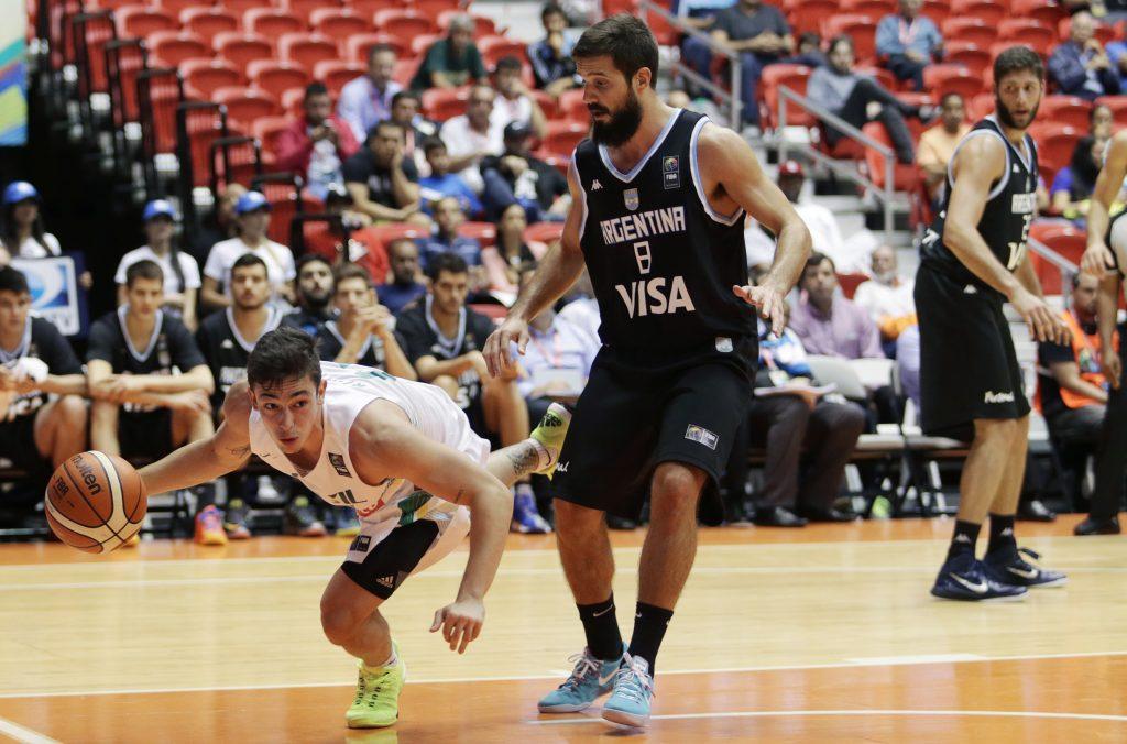 Nicolás Laprovittola presiona el balón, mientras Garino mira detrás.  (Foto: José Jiménez Tirado/FIBA Americas)