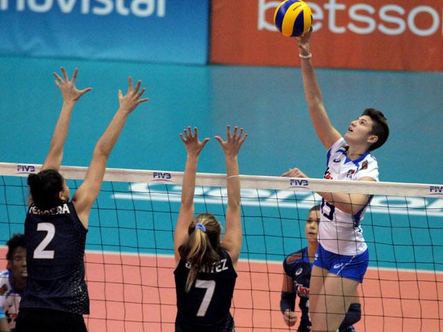 Azul Benítez intenta bloquear ante el ataque de Italia.