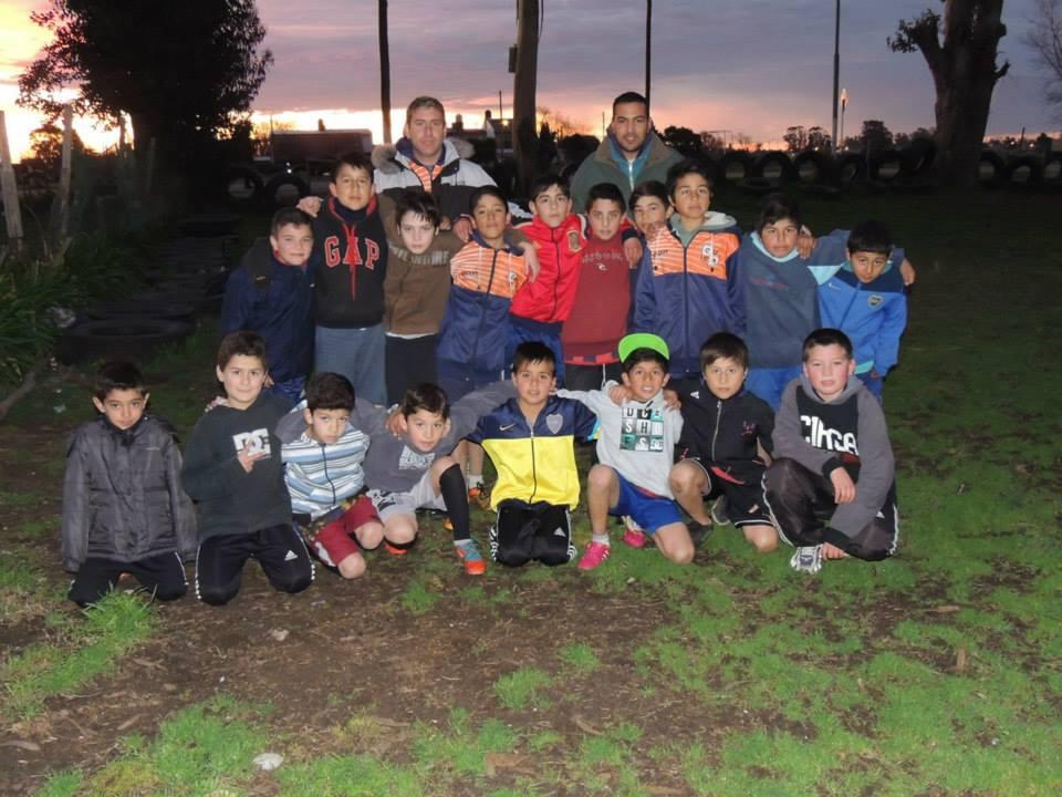 Los chicos reciben la ayuda del Club Alvarado.