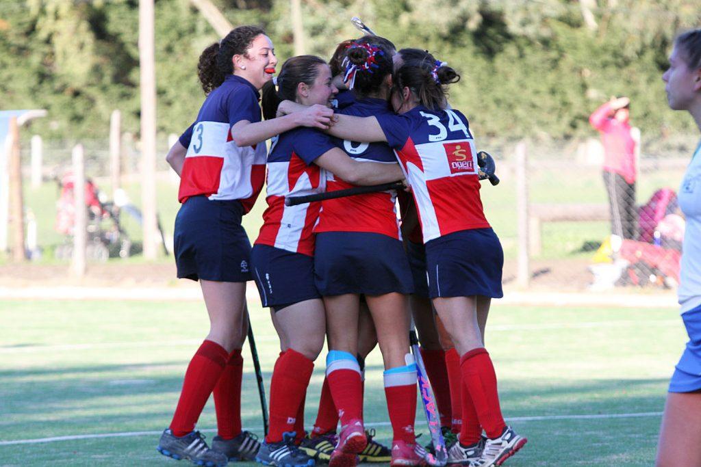 Sofía Paglione ya convirtió el primer gol y lo festeja con sus compañeras. (Foto: Carlos De Vita)