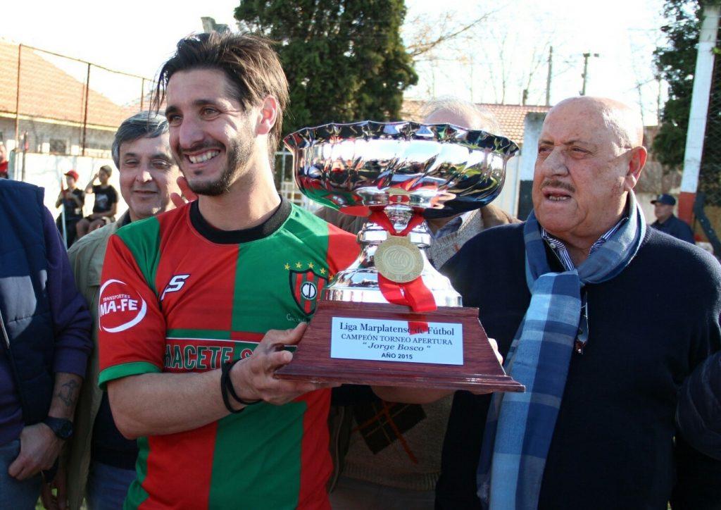 Jorge Bosco entregando la copa que llevó su nombre. (Foto: LMF)