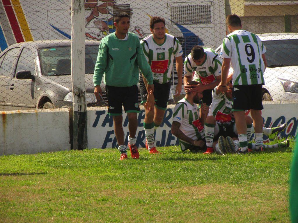 Los compañeros rodean a Emiliano Fortete que le dio los tres puntos a Kimberley (Foto: Pablo Valenzuela)