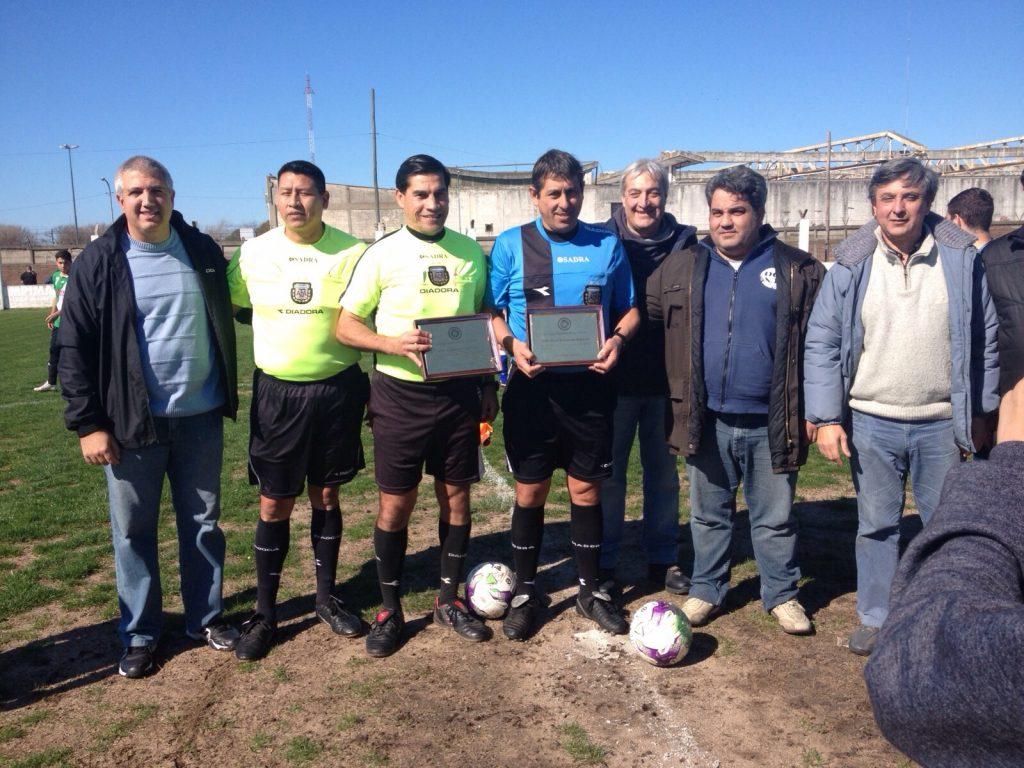 Osvaldo Buckmeier recibió una plaqueta por su último partido. (Foto: Estamos de Liga)