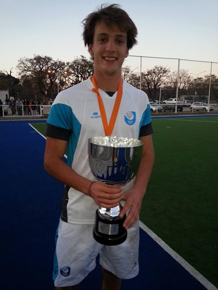 Joaquín Puglisi con su medalla y copa de campeón (Foto: Roxana Galbiatti)