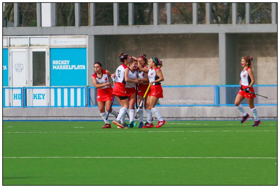 Tatiana Calvo en medio del grupo de jugadoras recibiendo las felicitaciones después de su gol. (Foto: Diego Landi)