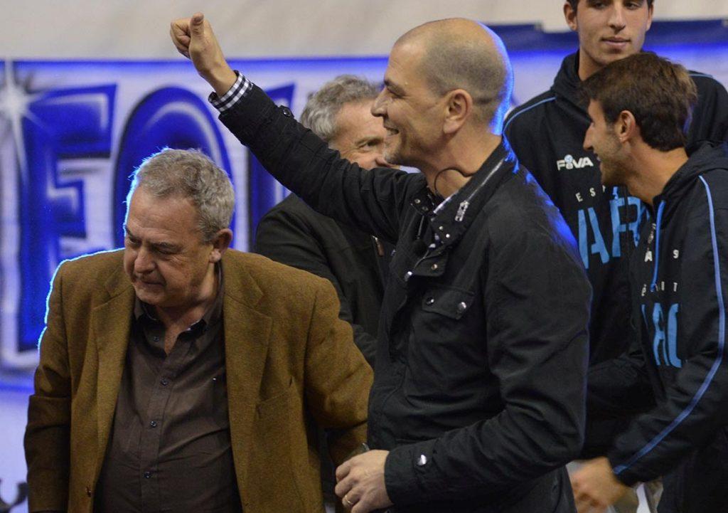 Sergio Hernández saluda a la hinchada al lado de Domingo Robles. (Foto: Prensa Peñarol)